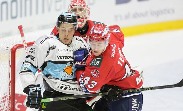 Pelicansin karkeaa hiekkapaperiosastoa edustava Juhani Tyrväinen tekee maskia IFK:n maalilla puolustaja Miihkali Tepon estelyistä huolimatta.