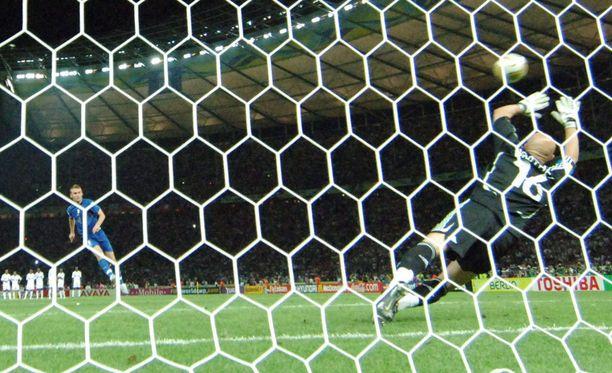 De Rossi ampui MM-finaalin rankkarikisassa pallon yläkulmaan Italian kolmantena vetäjänä.