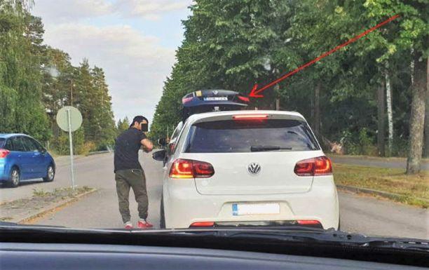 Syytetty sivalsi retkikirveellä sisälle sivuikkunasta. Kuvaan poliisi on piirtänyt nuolen, joka osoittaa BMW:n avointa takaluukkua.