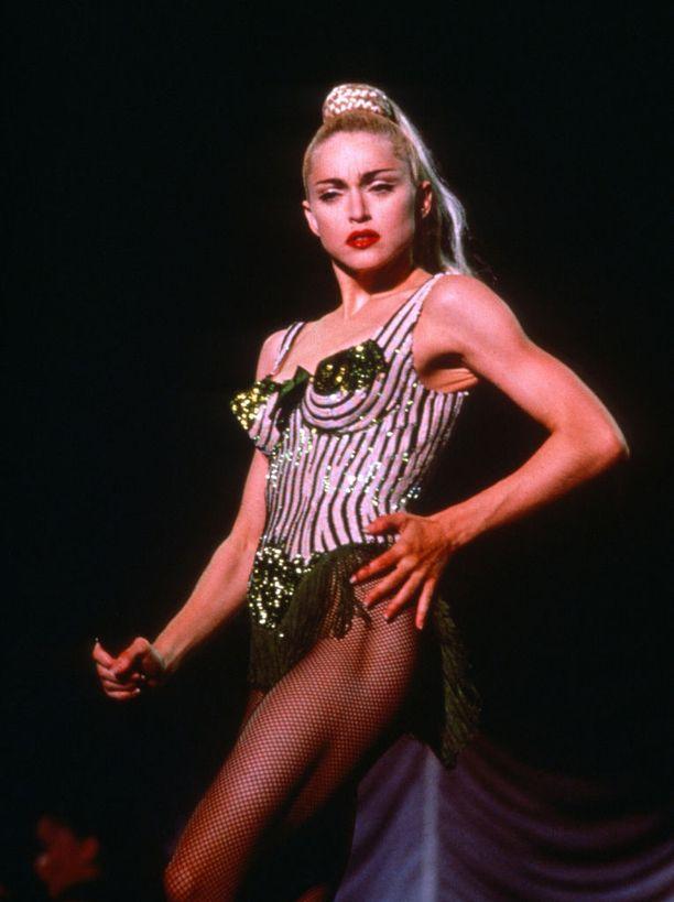 Blond Ambition -kiertue oli johtaa vaikeuksiin viranomaisten kanssa rivon lavashow'n myötä.
