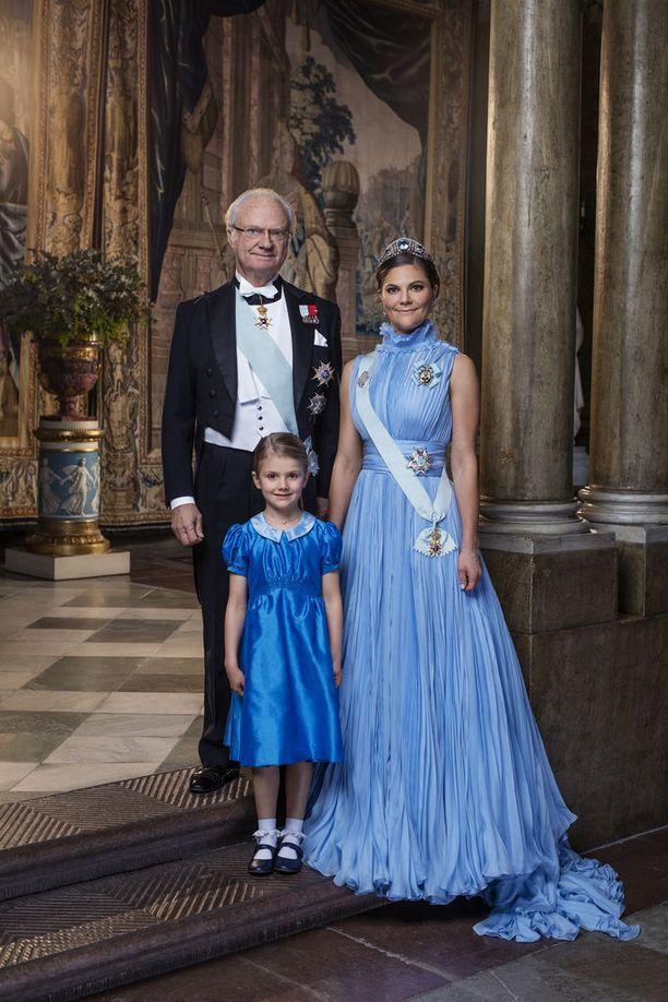 Ruotsin kuningas ja kruununperilliset ikuistettiin yhdessä Nobel-gaalan juhlahumussa.