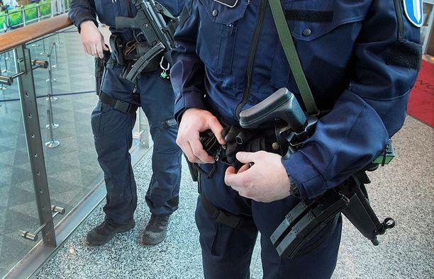 Päivystävänä komisarion mukaan poliisilla oli konepistoolit, koska etsityn mieshenkilön uskottiin olevan aseistautui. Kuvituskuva Helsinki-Vantaan lentokentältä.