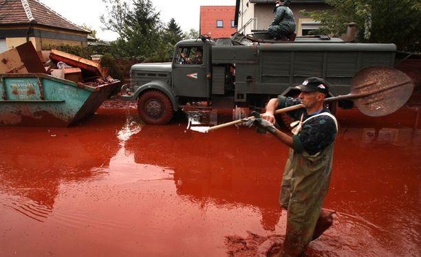 Pelastustyöntekijät yrittävät siivota turman jälkiä.