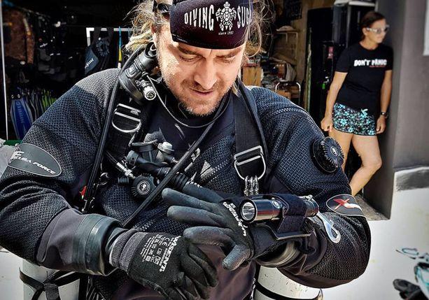 Mikko Paasi pyörittä Koh Taon saarella sukelluskoulua.