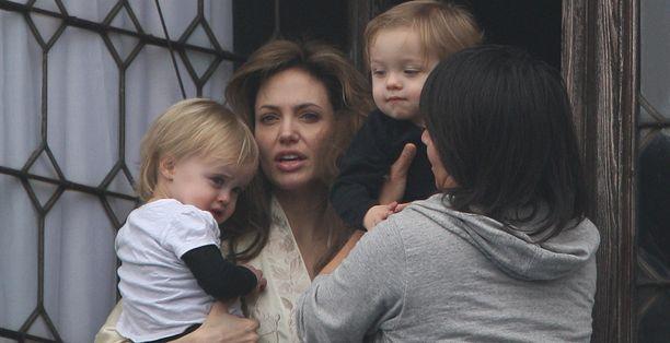 Angelina Jolie myöntää, että kuuden lapsen perheen arjen pyörittäminen käy voimille.