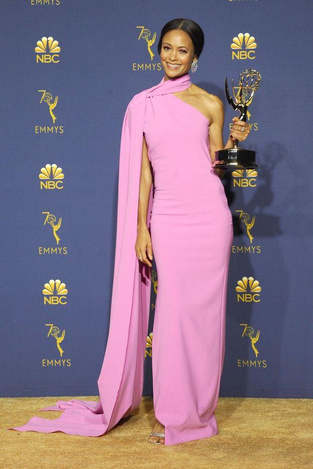 Thandie Newton Brandon Maxwellin haalean pinkissä iltapuvussa.