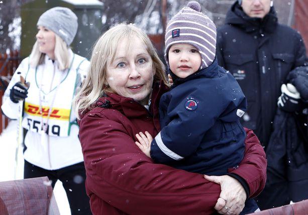 Prinssi Alexander isoäitinsä Marie Hellqvistin sylissä.