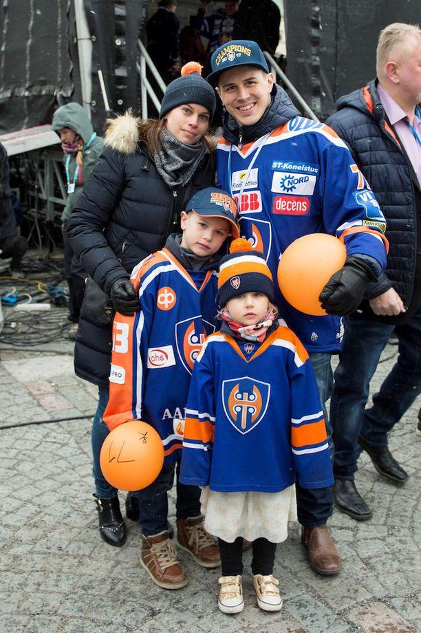 Kristian Kuusela toi juhliin lapset ja lääkäri-vaimo Sallan.