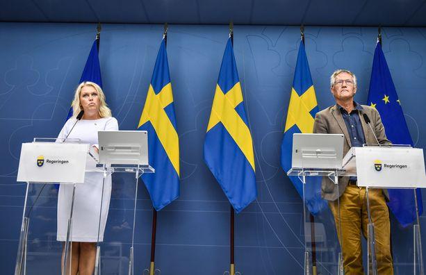 Ruotsin sosiaali- ja terveysministeri Lena Hallengren ja valtion epidemiologi Anders Tegnell kertomassa uusista koronasuosituksista.