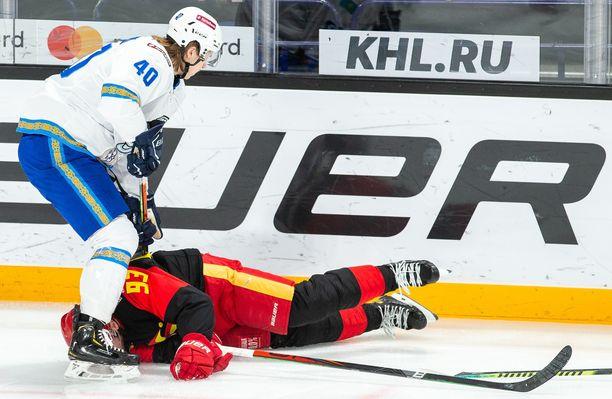 Barys Nur Sultanin suomalaispuolustaja Alex Lintuniemi näkee, miten Jokerien Peter Regin loukkaantuu heti ottelun alussa.