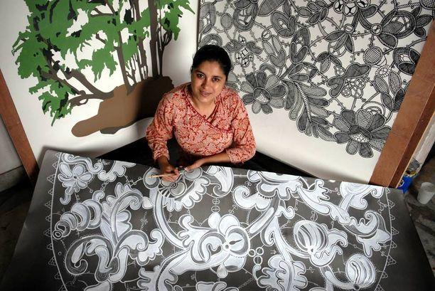 Menestynyt taiteilija Hema Upadhyay studiossaan Mumbaissa.