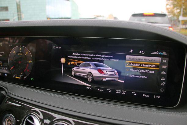 Yksi kätevä piirre: auto tunnistaa rajoitukset ja säätää nopeuden niiden mukaan.