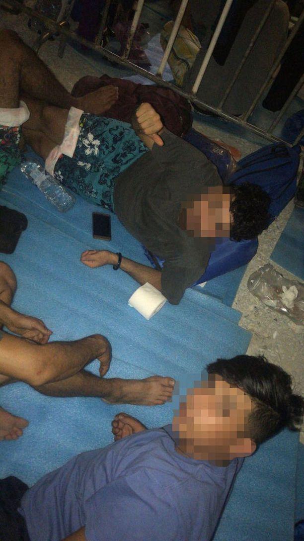 Hussein ja Ali päätyivät Lesboksen saarelle Morian pahamaineiselle pakolaisleirille, jota kuvaillaan vankilamaiseksi.