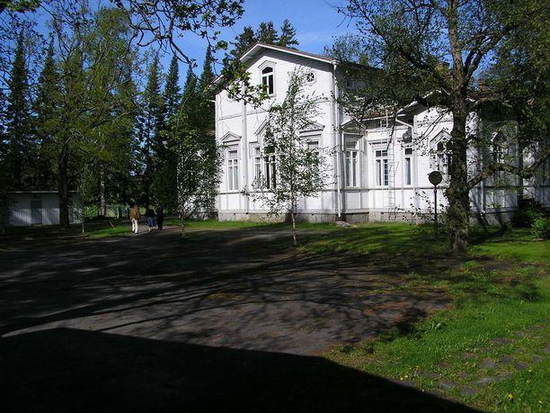 Sivurakennus rakennettiin vuonna 1895 maatalouskouluksi ja siinä on muun muassa tanssittu lukuisat häät. Rakennuksesta löytyy myös kolme asuntoa sekä vinttitila.