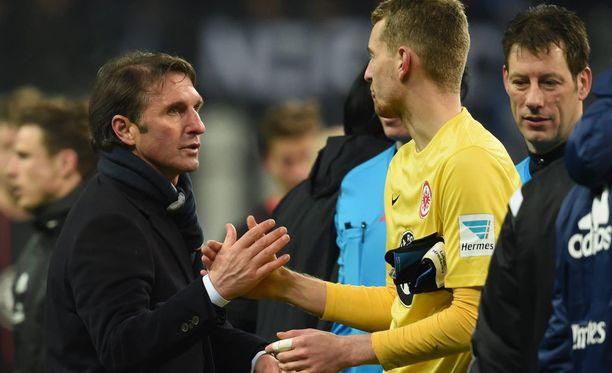 Lukas Hradecky paiskaa pelin jälkeen kättä HSV:n valmentaja Bruno Labbadian kanssa.