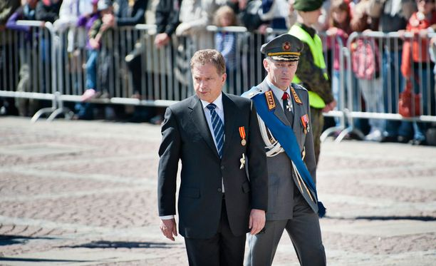 Tasavallan presidentti Sauli Niinistö vastaanottaa paraatin.