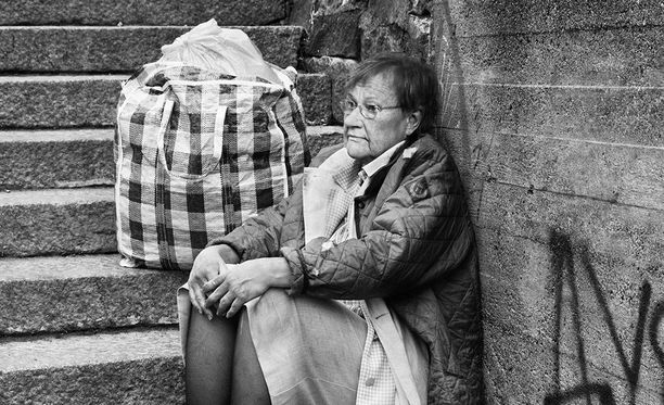 Presidentti Tarja Halonen poseerasi kadulla köyhänä Pelastusarmeijan kampanjassa, jolla haluttiin osoittaa, että kenen tahansa onni voi kääntyä. Presidentti eli köyhän lapsuuden Helsingissä,