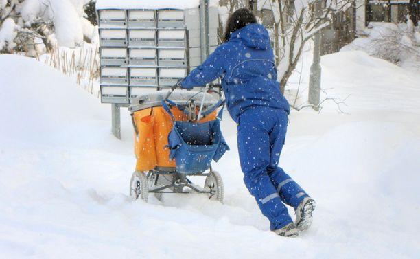 Postinjakelu on käynyt hankalaksi eri puolilla Suomea runsaan lumentulon vuoksi. Osaan postilaatikoista ei saa jaettua lähetyksiä laisinkaan.