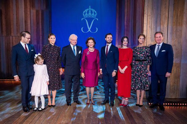 Prinssi Daniel, prinsessa Estelle, kruununprinsessa Victoria, kuningas Kaarle Kustaa, prinssi Carl Philip, prinsessa Sofia, prinsessa Madeleine ja Christopher ONeil juhlivat 75 vuotta täyttävää kuningatarta.