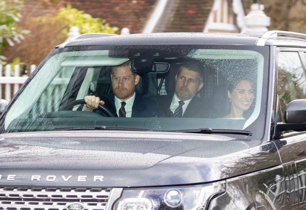 Prinssi Harry kyyditsi vaimoaan Meghania kirkkoon tapaamaan mummoaan, kuningatar Elisabetia.