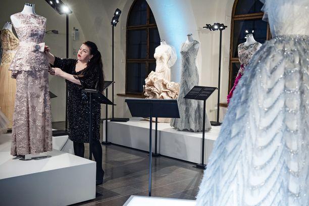 Juhlapukujen taikaa - todellisuutta ja fantasiaa - näyttelyssä Kisu Korsin puvut heräävät eloon myös muotikuvittaja Olesja Hännikäisen luomina piirroksina virtuaalitodellisuudessa.