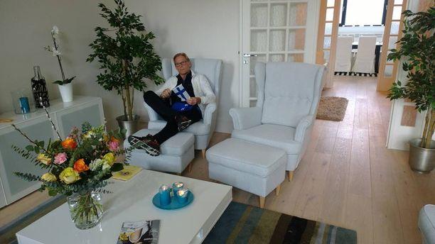 Huonekalukeisari kalusti asuntonsa Ikean huonekaluilla, vain terassihuonekalut puuttuvat.