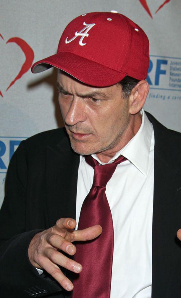 Charlie Sheen sai potkut nimiroolistaan Miehenpuolikkaissa.