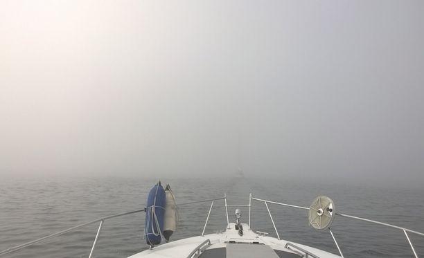Hankoniemessä veneiltiin usvan peitossa.
