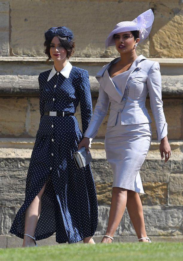 Abigail Spencer ja Priyanka Chopra saapuivat yhdessä häävastaanotolle. Priyankan asu oli brittisuunnittelija Vivienne Westwoodin käsialaa ja hattu Phillip Treacyn luomus.