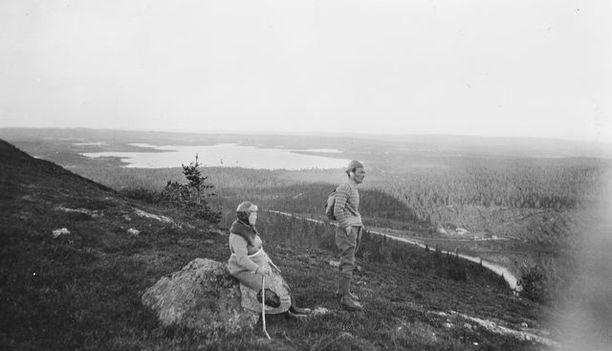 Matkailijoita Rukalla 1930-luvun alussa, eli lähes 90 vuotta sitten.