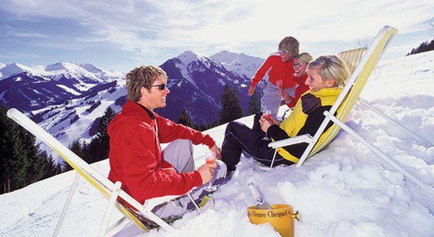Nelihenkiselle perheelle löytyy vielä hiihtolomaksi laskettelumatka, jos matkakassasta löytyy vähintään 2 000 euroa.