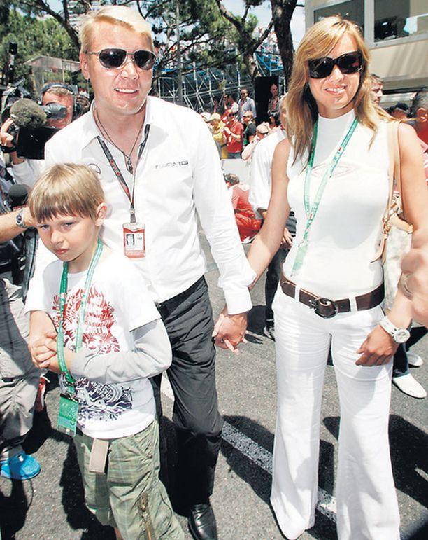LÄHEKKÄIN Mika Häkkinen sekä naisystävä Marketa ja poika Hugo kävelivät Monacon varikkoalueella läheisesti käsi kädessä.