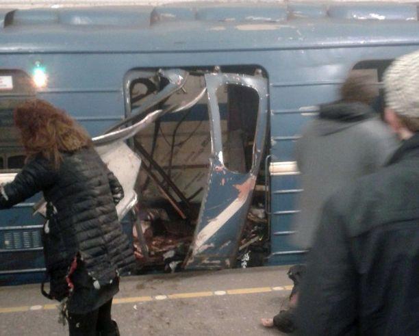 Räjähdys repi metron oven auki.