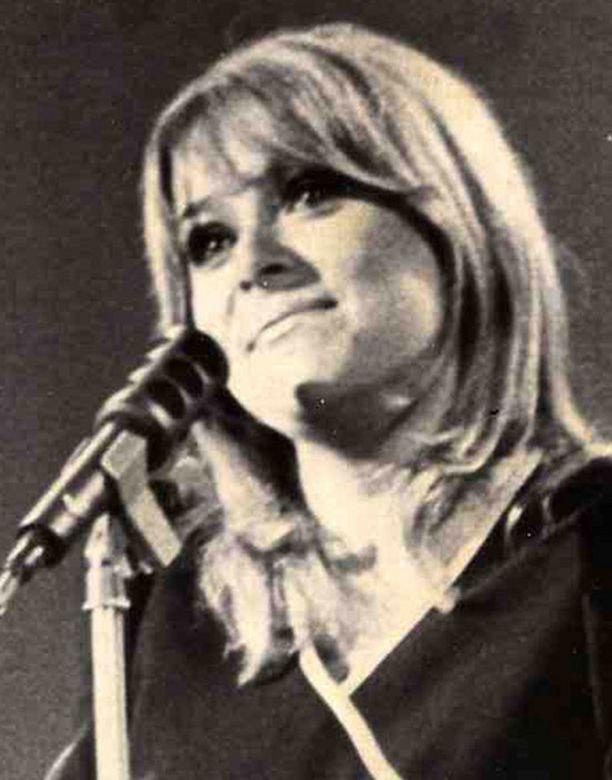 Marion Rung vastaa Suomen toiseksi parhaasta sijasta Lordin jälkeen. Kuva vuodelta 1973.