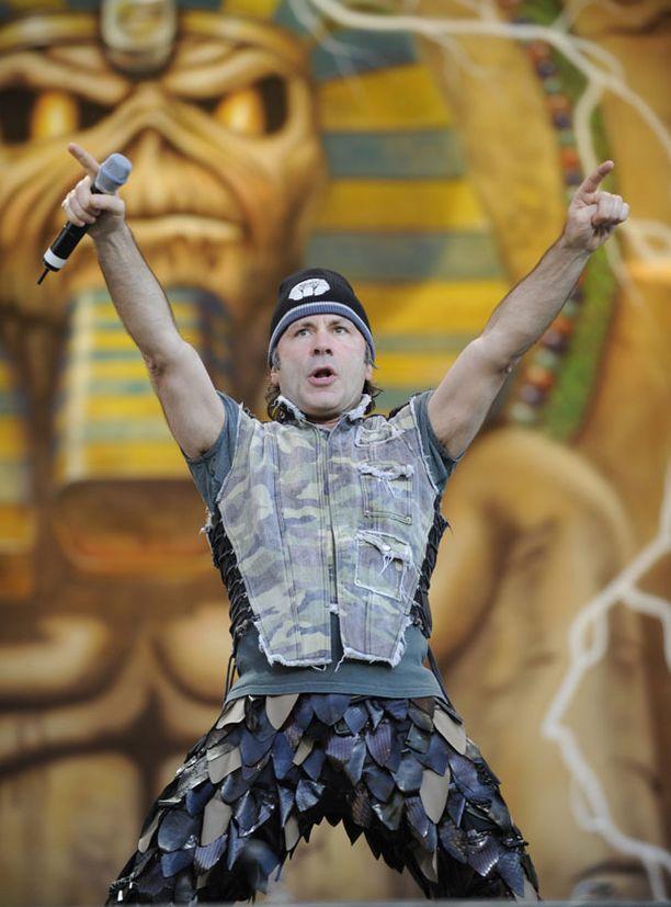 Bruce Dickinson huudatti 40 000 -päistä yleisöä Sonispheressä sunnuntaina. Keikka oli menestys myrskyistä huolimatta.