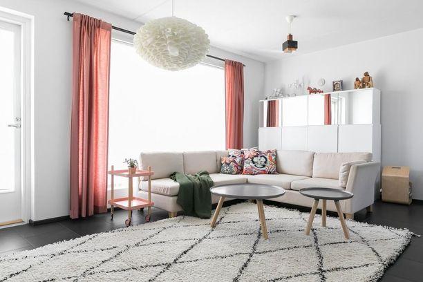 Olohuoneeseen on valittu valkoisten seinien ja katon vastapariksi tumma laattalattia.