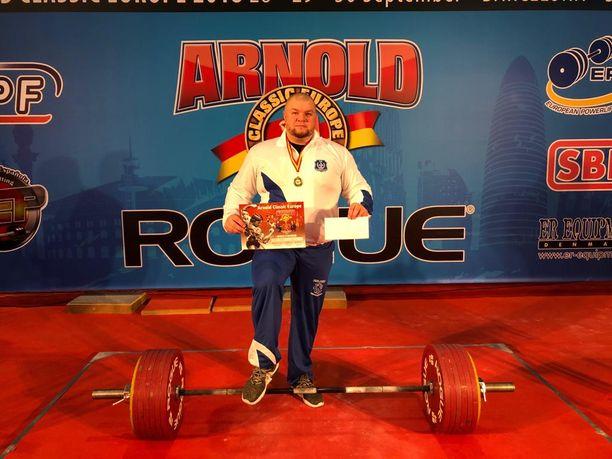 Saario nosti Arnold Schwarzeneggerin nimikkokilpailussa epävirallisen maastavedon Suomen ennätyksen 360 kg.