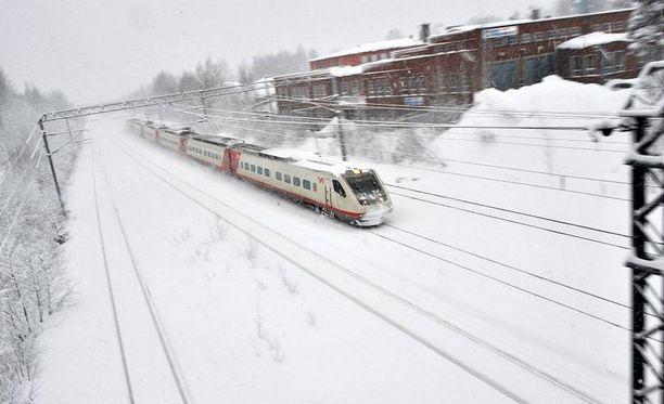 VR varautuu lumisateisiin muuttamalla junien aikatauluja.