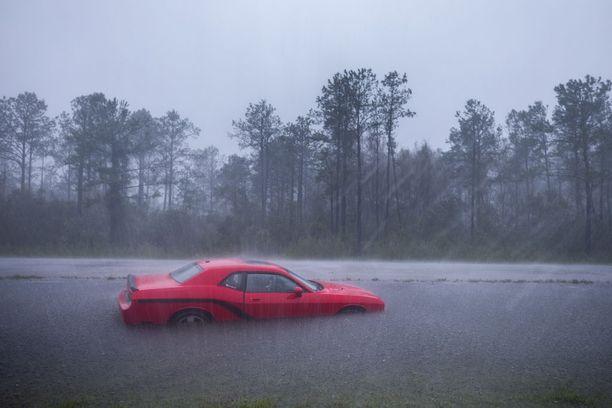 Pohjois- ja Etelä-Carolinassa kymmeniä teitä on suljettu tulvien takia.
