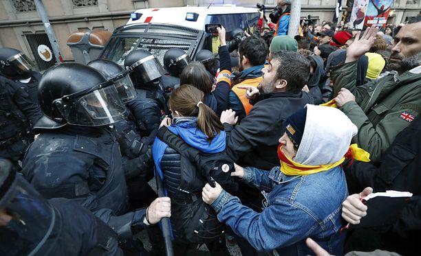 Barcelossa järjestettiin sunnuntaina mielenosoituksia, kun tieto  Puigdemontin pidätyksestä tuli julki.