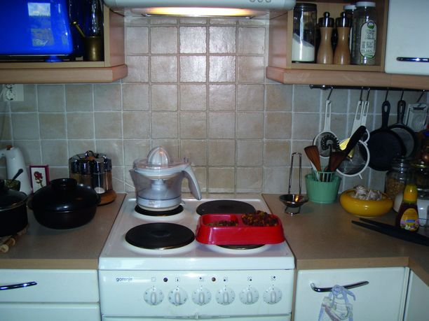 Toivottavasti et toimi näin omassa keittiössäsi. Liedellä ei saa säilyttää tavaroita.