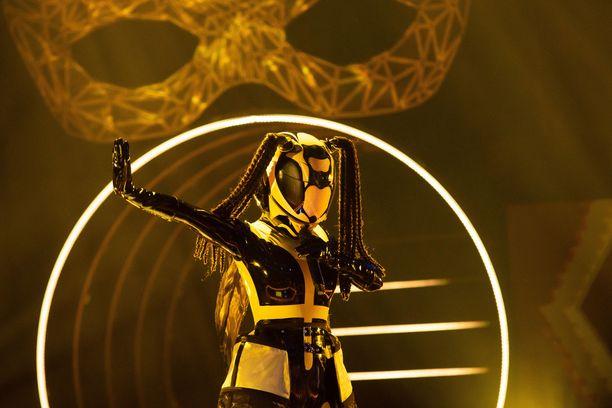 Ampiaisen henkilöllisyys on syynissä lauantain Masked Singer Suomi -jaksossa.