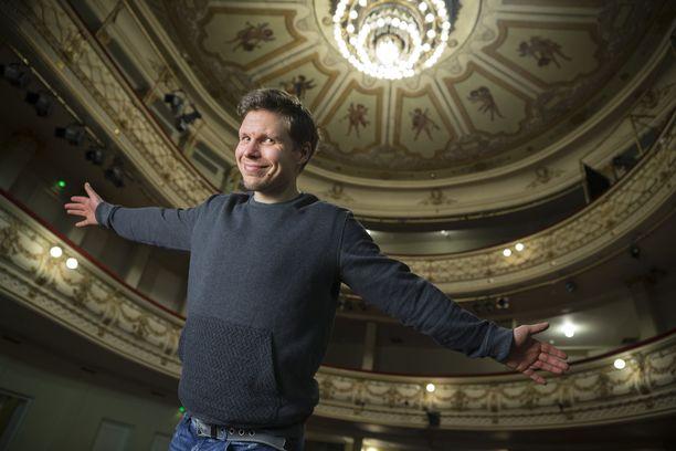 Kuvassa Eero Milonoff on Aleksanterin teatterin kristallikruunujen alla. Itsenäisyyspäivänä hän juhliin presidentinlinnan kattokruunujen säihkeessä.
