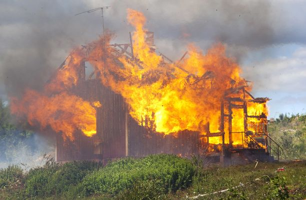 Pirkkalan vapaaehtoinen palokunta poltti Vähä-Vaitin teollisuusalueella sijainneen asuinrakennuksen. Samalla harjoiteltiin sammutustöitä.
