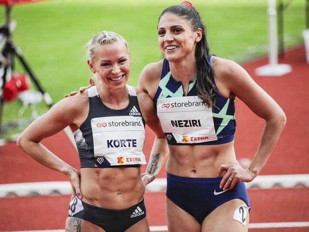 Nooralotta Nezirillä (oik.) ja Annimari Korteella olivat hymyt herkässä Oslon illassa. Molempien ajat rikkoivat edellisen Suomen ennätyksen.