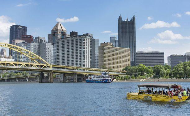 Roberto Clementen silta halkoo Pittsburghin keskustaa.
