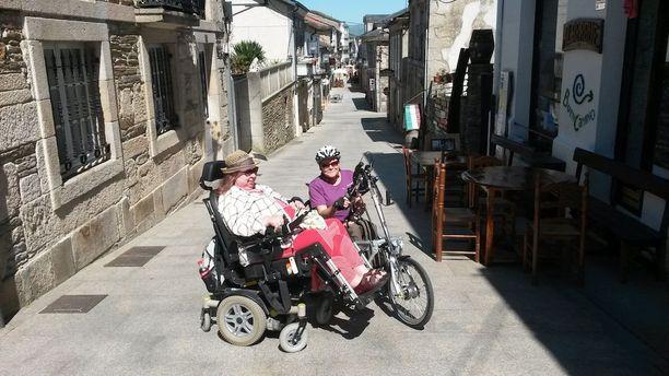 Pyörätuolissa istuva Sari Lehikoinen on tehnyt muun muassa pyhiinvaellusmatkan Santiago de Compostelaan Espanjassa. Mukana matkalla oli myös Marja Pihnala.