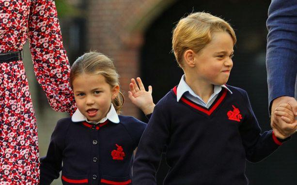 Britanniassa prinsessa Charlotten, prinssi Georgen ja prinssi Louisin vanhemmat ovat julkaisseet heistä videon koronaviruspandemian hengessä. Kuvassa Charlotte ensimmäisenä koulupäivään veljensä Georgen kanssa syyskuussa 2019.