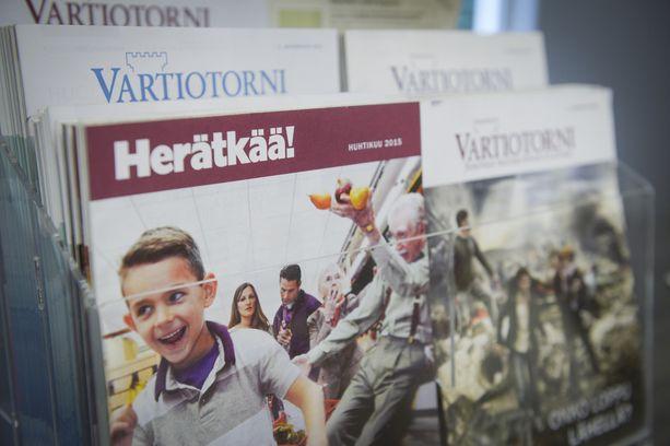 Jehovan todistajien materiaalia Suomessa. Vastaavan materiaalin jakaminen Venäjällä on laitonta.