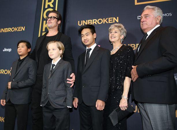 Brad Pitt otti ensi-iltaan mukaansa vanhempansa ja osan lapsikatraastaan.